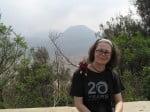 Devant le mont Bromo, avec un autre volcan à gauche