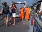 Bangkok: touristes et moines bouddhistes qui attendent le bateau