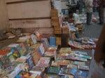 Meme sur le trottoir, plein de livres a vendre!